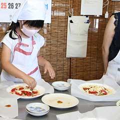 厨房で生地からピザ作り