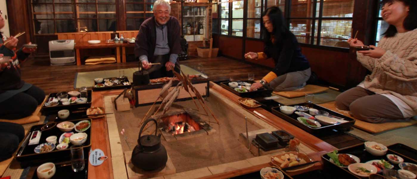 囲炉裏で夕食